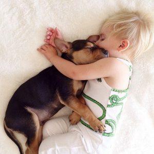 bebé y cachorro